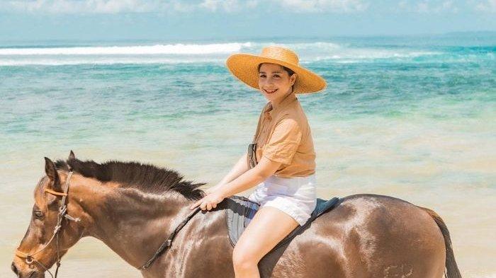 Pose Nagita Slavina Bareng Kuda Barunya Disorot, Netizen Bukan Fokus ke Tali Kekang Namun Hal Ini