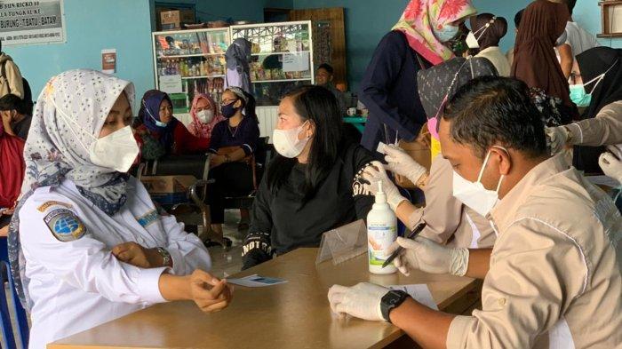 Nahkoda Kapal hingga Tukang Ojek Sekitar Pelabuhan LLASDP Kuala Tungkal Divaksinasi