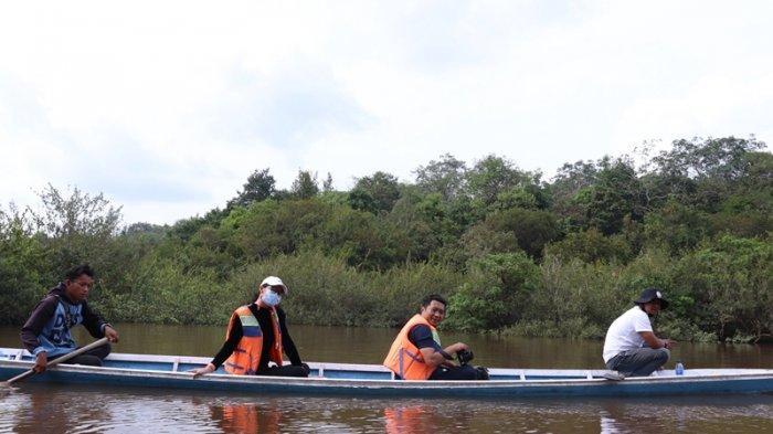 Naik sampan di Danau Tangkas