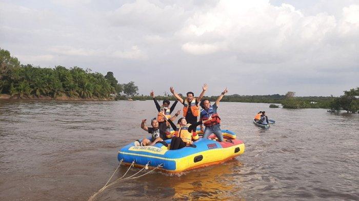 Naik speedboat yang disediakan di Danau Tangkas