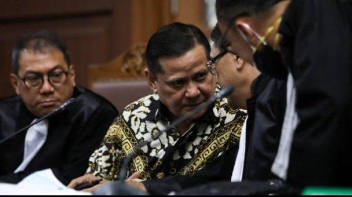 Mantan Kepala Divisi Hubungan Internasional Polri Irjen Napoleon Bonaparte berbincang dengan penasihat hukumnya saat sidang dugaan gratifikasi terkait red notice Joko Tjandra di Pengadilan Negeri Jakarta Pusat, Jakarta, Senin (23/11/2020).