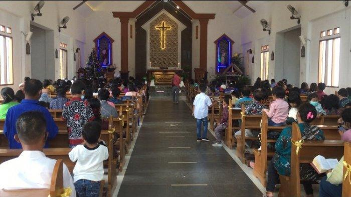 Suasana jemaat yang melaksanakan ibadah Natal di Kabupaten Batanghari berjalan dengan khidmat, Jumat (25/12/2020).