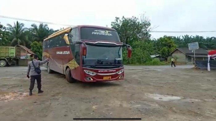 Nekat Terobos Pos Penyekatan Jambi Riau Satu Bus Tujuan Palembang Putar Balik