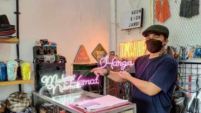 Dedy (39), pemilik usaha Neon Sign Jambi
