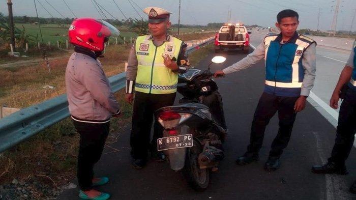 VIDEO Pengendara Motor Wanita Ngebut Bagai Pembalap di Tol Madiun-Nganjuk, Benarkah Tersesat?