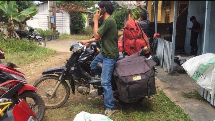 Noppal Surdi (26) seorang kurir di jasa antar barang di Muara Bulian