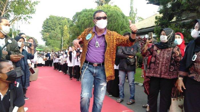 Nyentrik Ala Anak Punk Berbatik, Noviarman Kadis Sosial Tampil di Ajang Fashion Street Pemkot Jambi