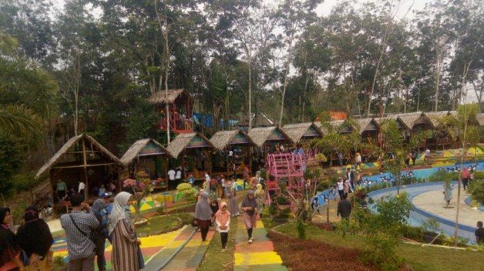 Pengunjung memadati objek wisata Sikumbang Waterpark Bangko, Jumat (1/1/2021).