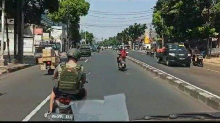 Potongan video seorang oknum TNI menggebrak dan menghalangi ambulan yang tengah membawa bayi dalam kondisi kritis di Jalan Otista Raya, Jatinegara, Jakarta Timur pada Kamis (12/8/2021).