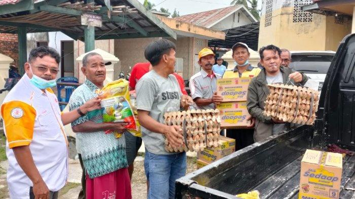Farti Suandri, anggota Orari Lokal Jambi ikut membantu meringankan beban masyarakat yang terdampak banjir