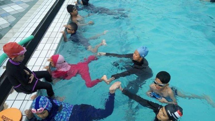Anggota Oscar Swimming sedang berlatih.