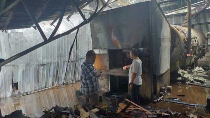 Kebakaran hebat terjadi di pabrik kayu triplek milik PT KKL di RT 05 Desa Sakean Kecamatan Kumpeh Ulu Kabupaten Muarojambi, Agustus 2021