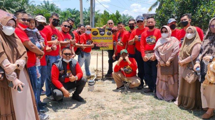 Rombongan Pajero Sport Family (PSF) Chapter Jambi saat bakti sosial di Desa Panca Mulya Unit III, Kecamatan Sungai Bahar, Muarojambi.