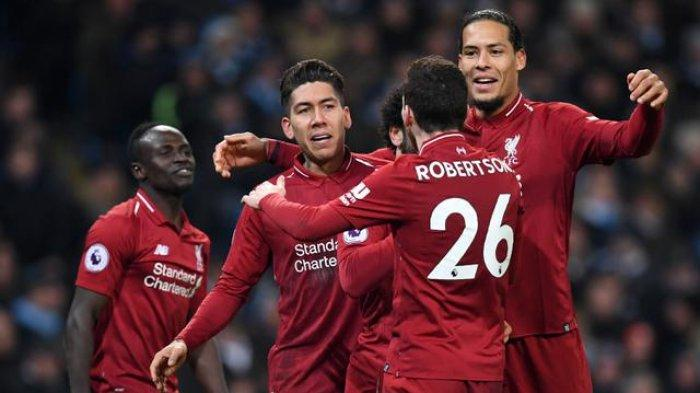 Para pemain Liverpool merayakan gol yang dicetak Roberto Firmino ke gawang Manchester City pada laga Premier League di Stadion Etihad, Manchester, Kamis (4/1). City menang 2-1 atas Liverpool.