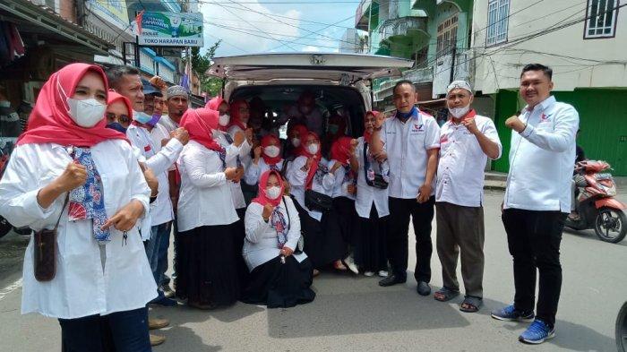 Partai Perindo Tanjab Barat Bagikan Nasi Bungkus ke Tukang Becak