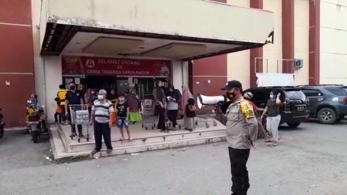 Pasar Atas Ramai Pengunjung, Polisi Pakai Toa Keliling Pasar Ingatkan Warga Waspada dan Taat Prokes