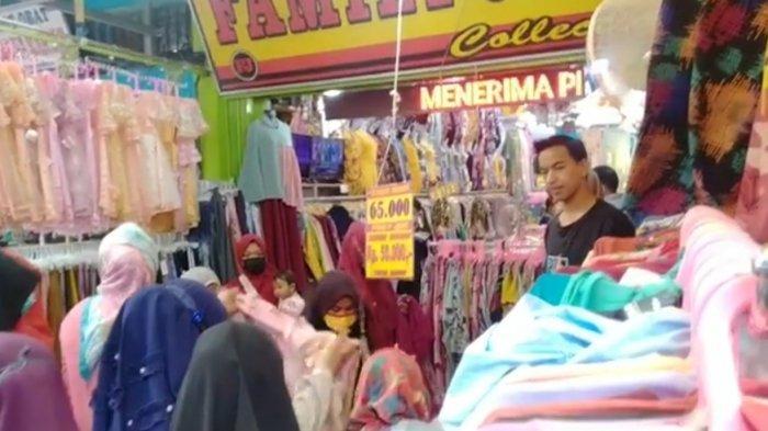 Pasar Senggol di Kawasan Istana Anak-anak Dipenuhi Masyarakat Mencari Pakaian Baru