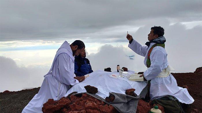Rombongan Pastor dari Lampung Gelar Misa di Puncak Gunung Kerinci