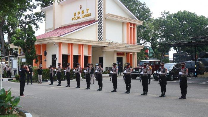 Tiba di Mapolda Jambi, rombongan Komisi III DPR RI yang dipimpin Ahmad Sahroni disambut pasukan jajar hormat (Jarmat) personel Polda Jambi