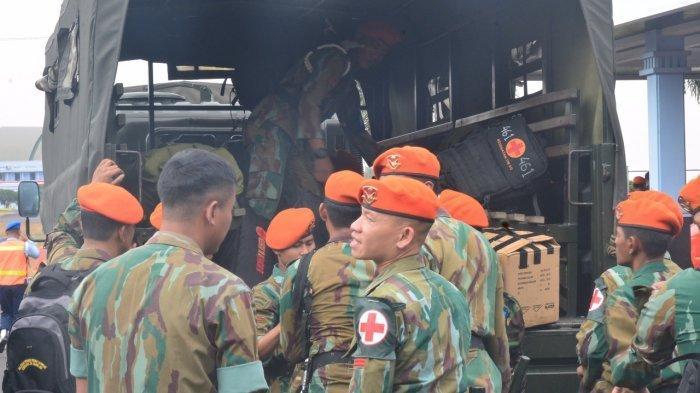 Persiapan personal Korps Pasukan Khas TNI AU (Korpaskhas) yang akan diberangkatkan untuk membantu korban terdampak gempa bumi di Lombok, Senin (6/8/2018)