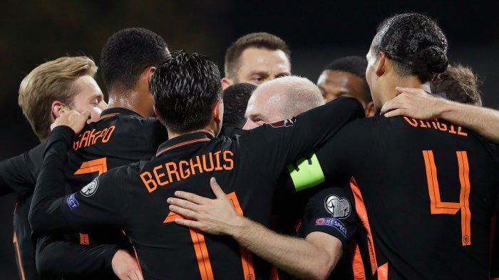 Pasukan Timnas Belanda merayakan kemenangan atas Latvia di Kualifikasi Piala Dunia 2022