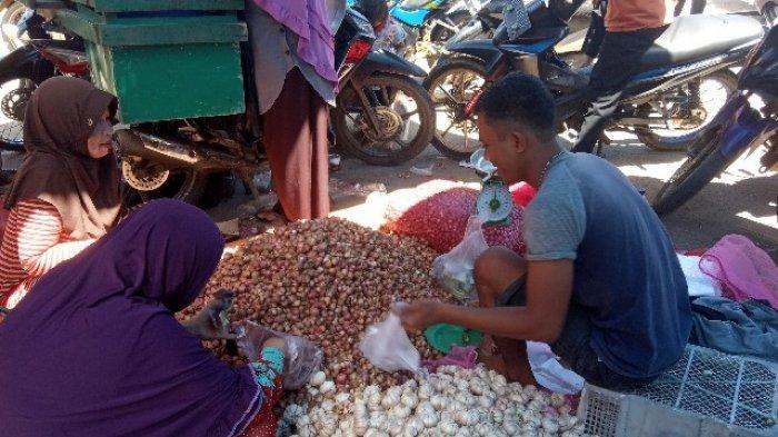 Omzet Pedagang Bawang di Pasar Sengeti Menurun Gegara Corona