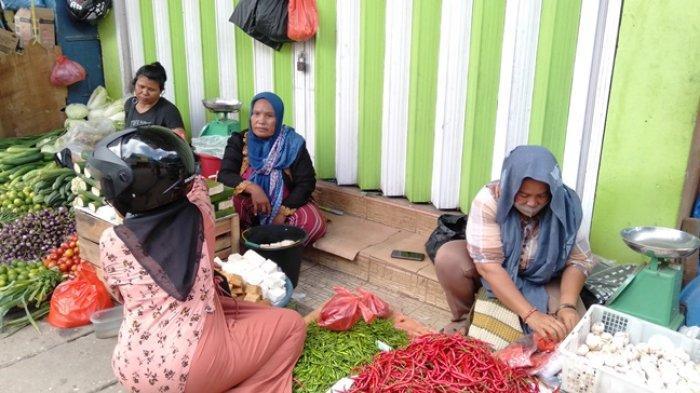 Pedagang Gang Ikan Asin yang menjajakan beberapa barangnya di depan ruko yang hendak dijadikan posko penertiban PKL