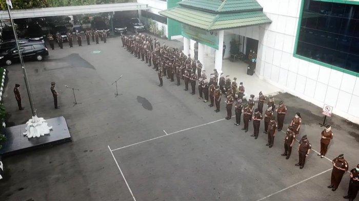 165 orang melaksanakan apel di lapangan kantor Kejaksaan Tinggi Jambi dan dipimpin langsung oleh Plt Kajati Jambi Dr Hermon Dekristo