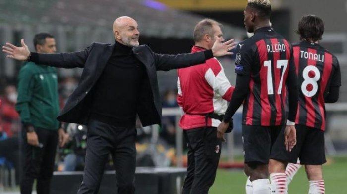 Pelatih AC Milan, Stefano Pioli berinteraksi degan dua pemainnya di pinggir lapangan