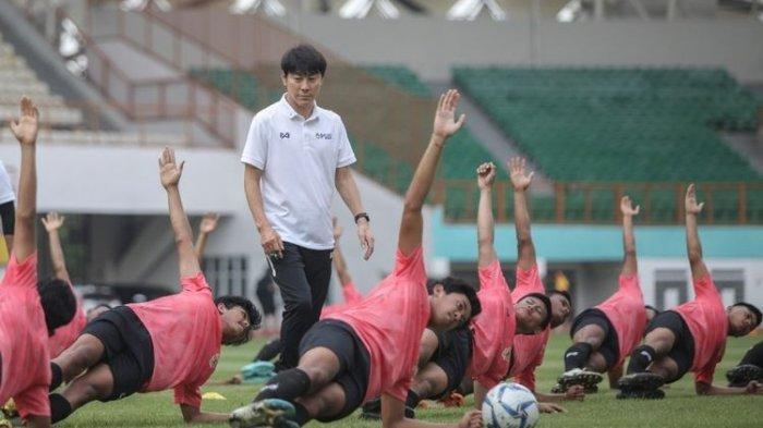 TAYANG SEKARANG! Timnas U23 Indonesia Vs Tira Persikabo, Shin Tae-yong Turunkan Formasi Klasik 4-2-2