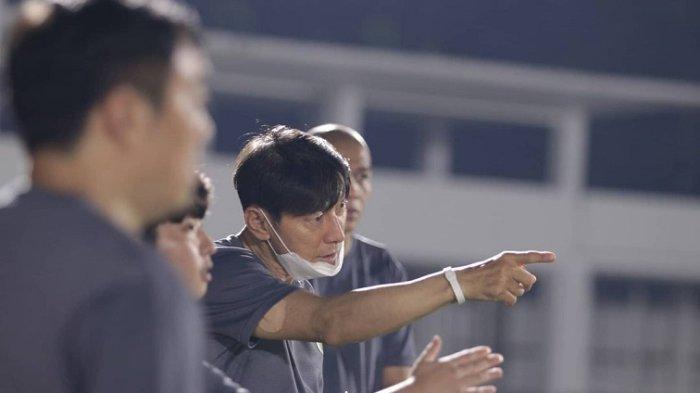 Pelatih Timnas Indonesia asal Korea Selatan Shin Tae yong saat melakukan latihan