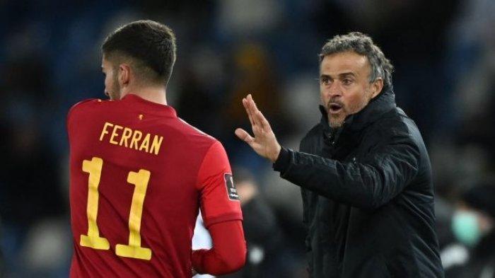 Pelatih Timnas Spanyol Luis Enrique memberi instruksi kepada penyerang Ferran Torres saat menghadapi Georgia dalam lanjutan Grup B Kualifikasi Piala Dunia 2022 zona Eropa, Senin (29/3/2021) dini hari WIB.