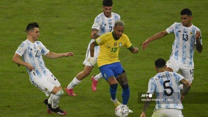 Pemain Brasil Neymar mencoba mengontrol bola atas Argentina saat pertandingan final turnamen sepak bola Copa America Conmebol 2021 di Stadion Maracana di Rio de Janeiro, Brasil, pada 10 Juli 2021.