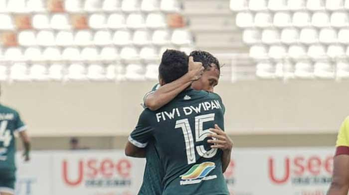 Pemain PSMS Medan Fiwi Dwipan memeluk rekannya usai mencetak gol ke gawang Muba Babel United