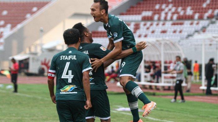 Pemain PSMS Medan, Rachmad Hidayat melakukan selebrasi usai mencetak gol ke gawang Babel United