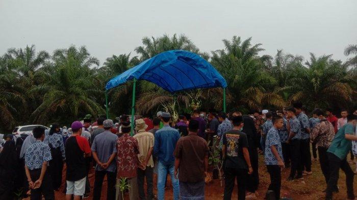 Tangis Pilu Iringi Pemakaman Juara Olimpiade Matematika dari Merangin, Banjir Pujian Untuk Sosoknya