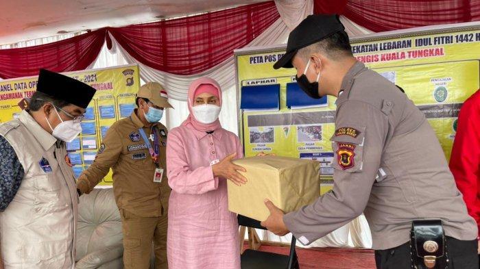 Pemberian Suvenir dari Pj. Guberur, Kapolda, Danrem dan Kajati ke petugas posko penyekatan mudik