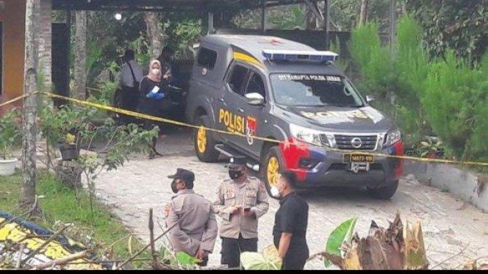 Share :    Suasana lokasi kejadianpembunuhandi Subang yang berlokasi di Kampung Ciseuti, Desa/Kecamatan Jalan Cagak, Senin (30/8/2021).