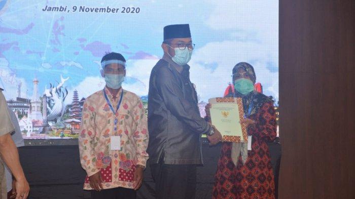 Pemerintah kembali menyerahakan sertifikat tanah secara gratis kepada masyarakat. Kali ini, warga Provinsi Jambi mendapat 18.343 sertifikat tanah yang diserahkan secara virtual oleh Presiden RI Joko Widodo untuk rakyat di Indonesia.