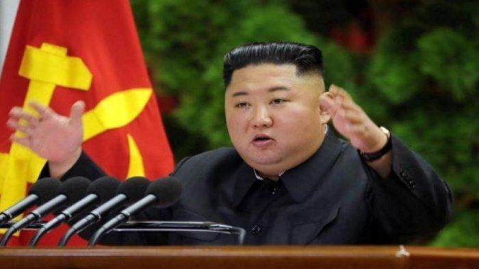 Pemimpin Korea Utara Kim Jong Un panik mengatasi dampak virus corona membuat nilai tukar won merosot drastis. Artikel ini telah tayang di Wartakotalive dengan judul Kim Jong Un Klaim Tak Ada Kasus Covid-19, Panik Perekonomian Turun Hingga Eksekusi Penukar Uang, https://wartakota.tribunnews.com/2020/11/28/kim-jong-un-klaim-tak-ada-kasus-covid-19-panik-perekonomian-turun-hingga-eksekusi-penukar-uang?page=all.  Editor: Dian Anditya Mutiara
