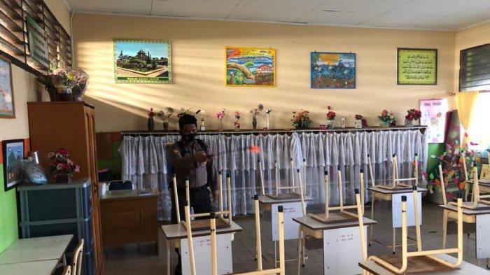 Pemkot Jambi bergerak cepat antisipasi potensi penularan wabah Covid-19 di berbagai lokasi sekolah dalam wilayah Kota Jambi. Satgas Covid-19 Kota Jambi dalam sepekan terakhir telah lakukan penyemprotan cairan disinfektan diberbagai sekolah negeri maupun swasta dalam wilayah Kota Jambi.