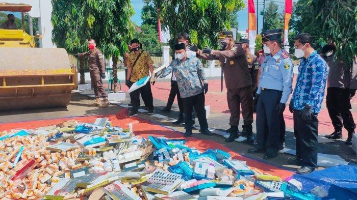 Kejari Tanjung Jabung Timur Musnahkan Ratusan Barang Bukti Pakai Alat Berat