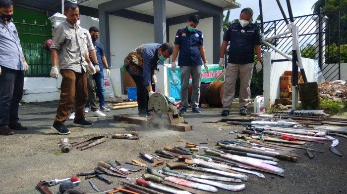 Puluhan Ponsel dan Senpi Dihancurkan di Kejari Jambi, BB Narkoba Juga Diblender