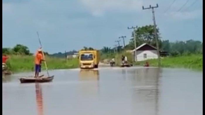 Debit Air Sungai Batanghari Meningkat, Jalan Penghubung Dua Desa di Kecamatan Kumpeh Lumpuh
