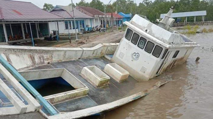 Kapal Bantuan Provinsi Jambi Terbengkalai di Tanjabbar, Tak Terurus dan Hampir Tenggelam