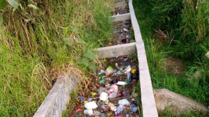 Sampah Menumpuk di Saluran Irigasi, Warga Dua Desa di Kerinci Mengeluh Masuk ke Sawah