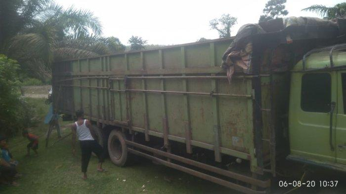 Diduga Rem Blong, Truk Tak Bermuatan Tabrak Rumah Warga di Tebo