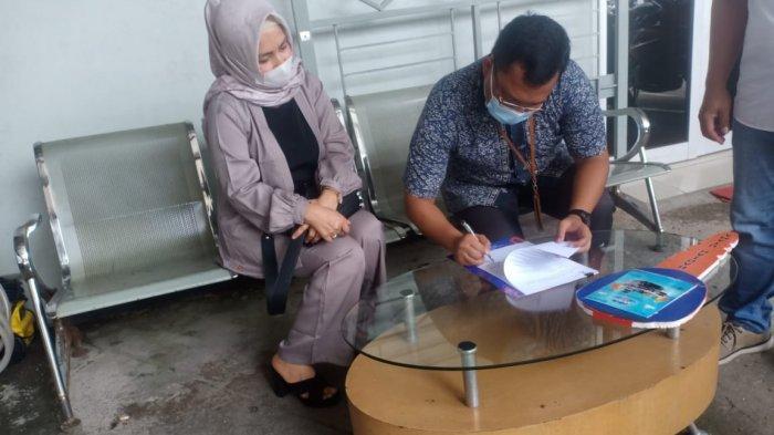Penandatanganan berita acara penyerahan hadiah ketiga undian Program BritAma FSTVL periode pertama oleh Pemimpin BRI Kanca Jambi Marolop Six Mayer Sinaga
