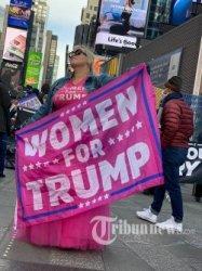 Pengunjuk rasa membanjiri jalanan kota New York saat pemungutan suara Pemilihan Presiden Amerika Serikat berlangsung, Selasa (3/11/2020). Calon Presiden dari Partai Republik yang juga petahana Donald Trump bertarung dengan lawannya dari Partai Demokrat Joe Biden untuk memperebukan kursi Presiden Amerika Serikat.