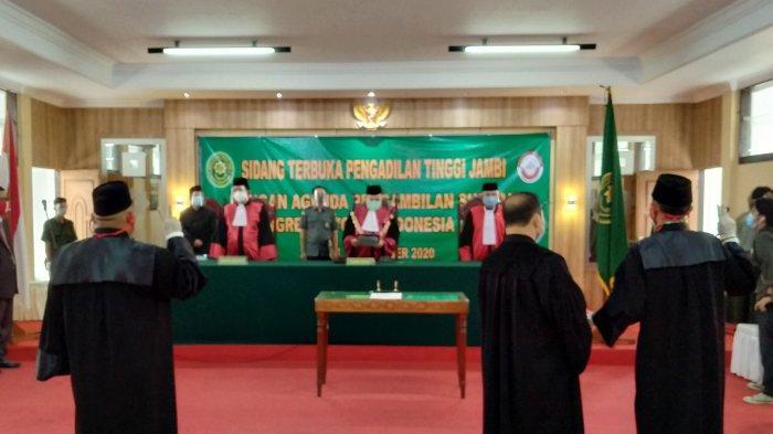 Ketua Pengadilan Tinggi Jambi Melakukan Pengambilan Sumpah 42 Advokat Muda KAI